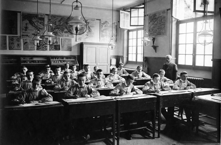 1912-Ecole Schneider-salle de cours du groupe spécial -01PHHISTPF04106