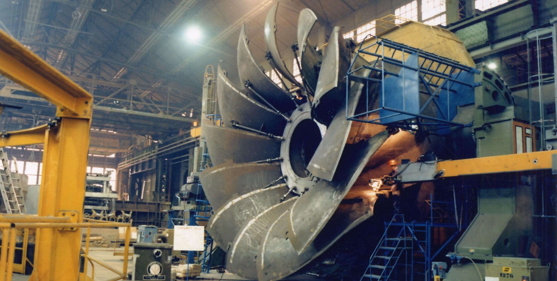Roue de turbine hydraulique Francis en cours d'assemblage au Creusot en 1981